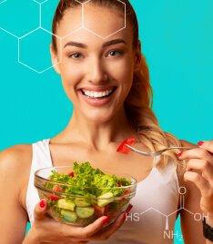 Mulher sorridente com um pote de salada em uma das mãos e um garfo em outra. A imagem reforça a presença de biotina e cisteína da fórmula de Spax Hair & Nails.